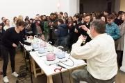 """Wolfgang Müller (Die Tödliche Doris) during tea kettle performance """"7 tödliche Unfälle im Haushalt"""""""